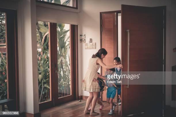 asiático chino niños familia volviendo de la escuela - llegada fotografías e imágenes de stock