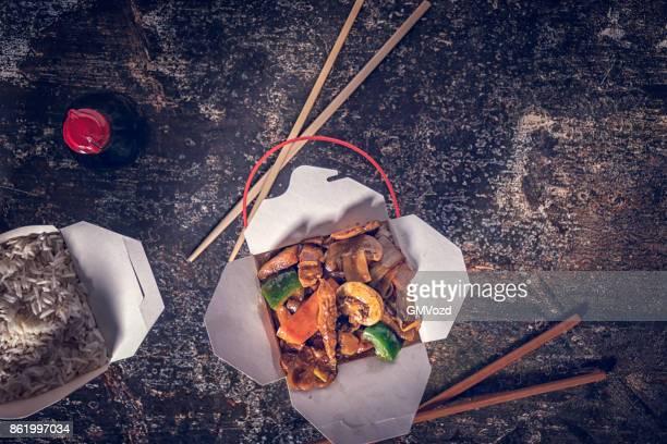 chopsuey asiatique au boeuf et riz comme nourriture à emporter - nouilles photos et images de collection