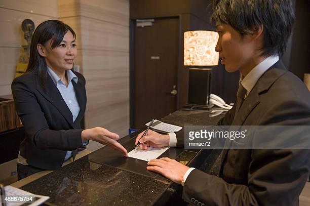 Asiático de conserjería en el Hotel con el cliente