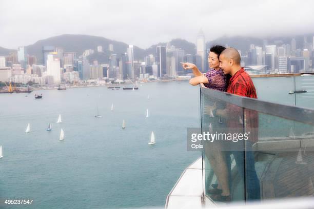 couple asiatique donnant sur les toits de Hong Kong