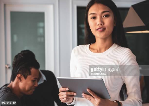 Asiatischen Kollegen Geschäftstreffen mit Team Diskussion Brainstorming, Start Projektpräsentation oder Teamwork Konzept im Büro