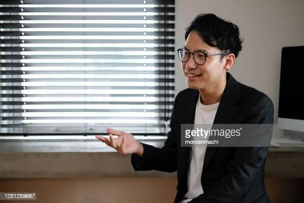 アジアのクリエイティブなビジネスマンがインタビューを受け - ディレクター ストックフォトと画像