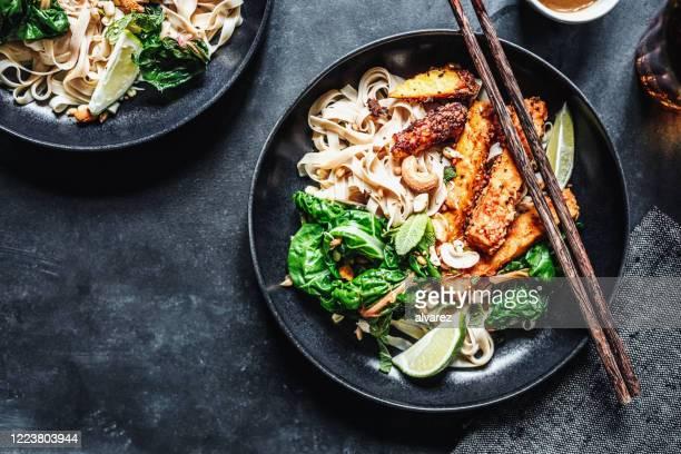 テーブルの上で提供されるアジア料理 - テンペ ストックフォトと画像