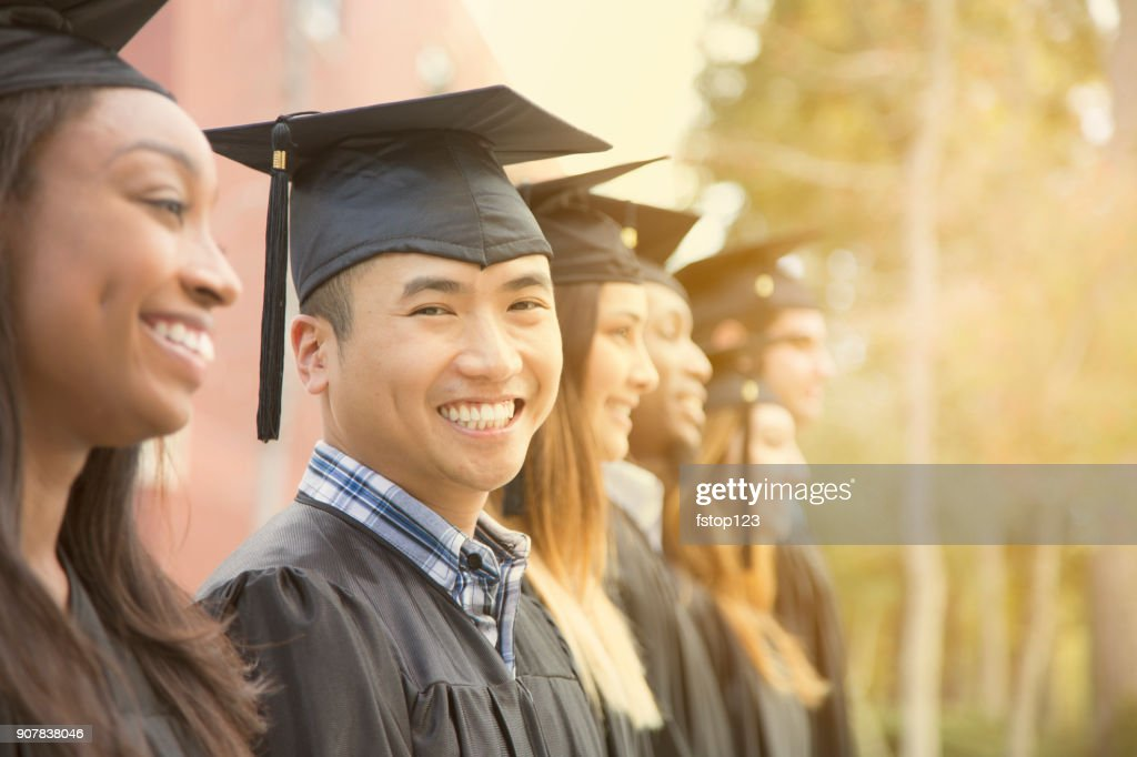 Laurea di studenti universitari maschi di origini asiatiche nel campus. : Foto stock