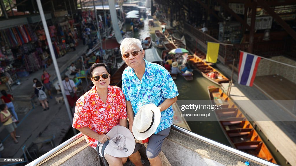Asian elderly couple having retirement trip to Thailand floating : Foto de stock