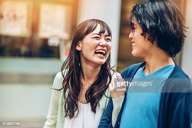 アジア民族カップルの笑い