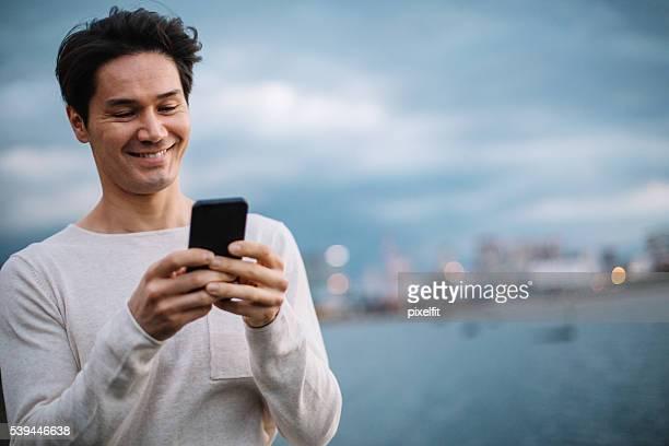 のアジア人男性メールで都会の風景 - minimalist living in japan ストックフォトと画像
