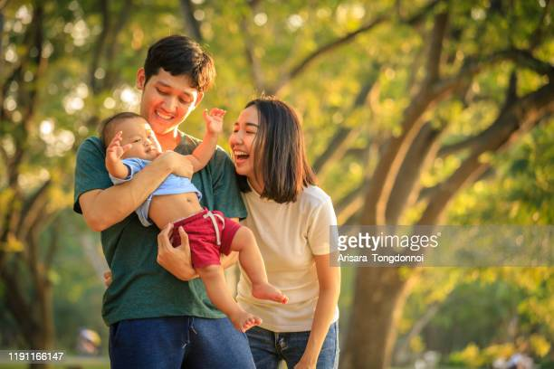 familia asiática - asia sudoriental fotografías e imágenes de stock