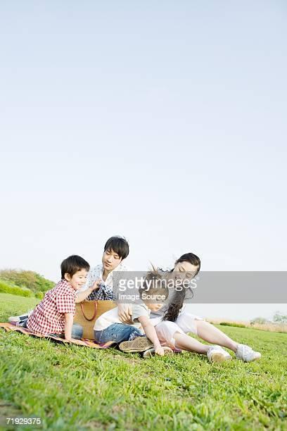 アジアのフィールドに座る家族