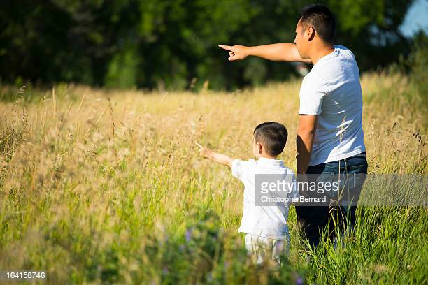 Asiatische Vater und Sohn im Gras Feld