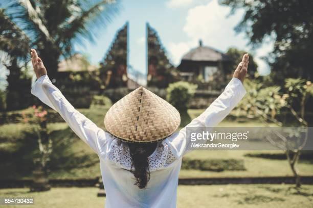 asiatische frauen mit erhobenen händen beten von der hindu-tempel - pagode stock-fotos und bilder