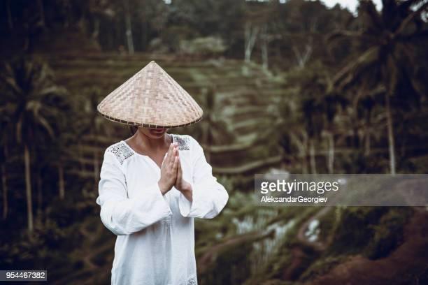 asiático feminino com palha tradicional como rezar em campos de arroz - tradição - fotografias e filmes do acervo