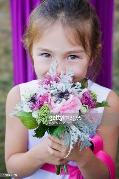 asian flower girl holding floral bouquet - cérémonie photos et images de collection
