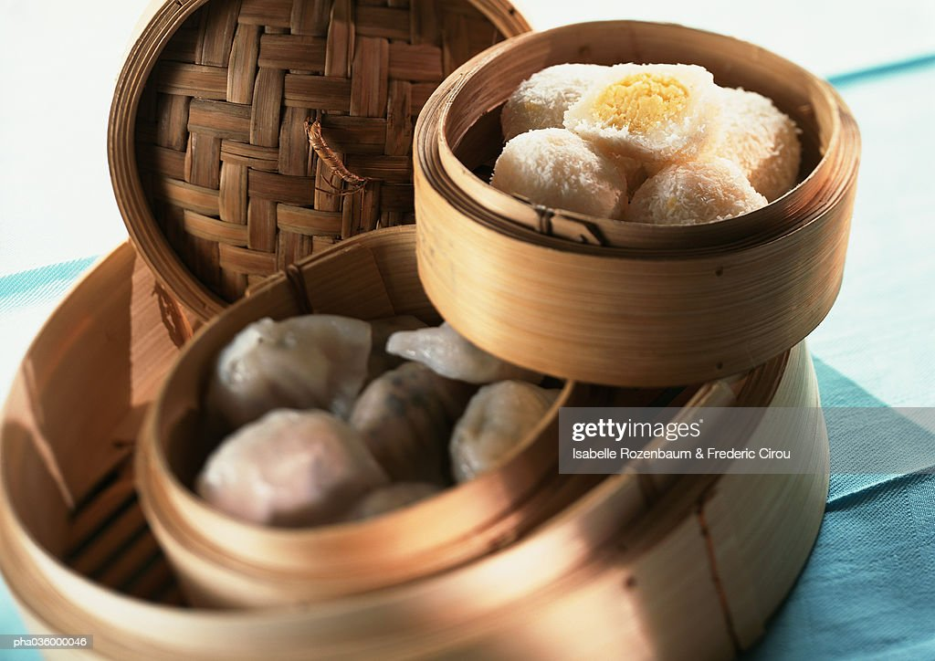 Asian food in bamboo steamers, close-up : Stockfoto