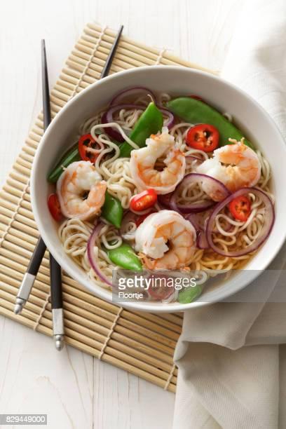 アジアの料理: 麺エビ、タマネギ、SugarSnap、チリのある静物