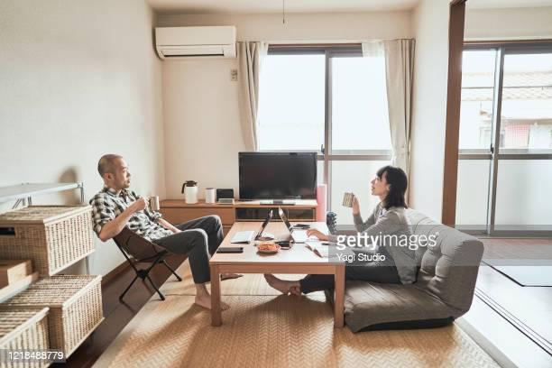 asian freelance couple working together at home - sólo con adultos fotografías e imágenes de stock