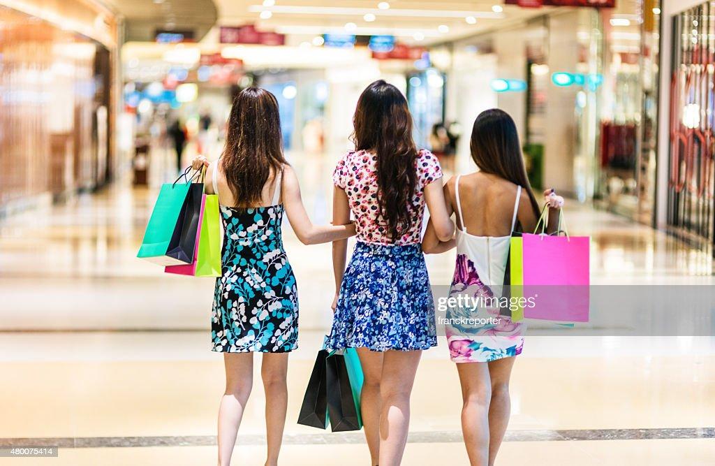 アジアのご友人とご一緒にているシンガポールでのショッピング : ストックフォト