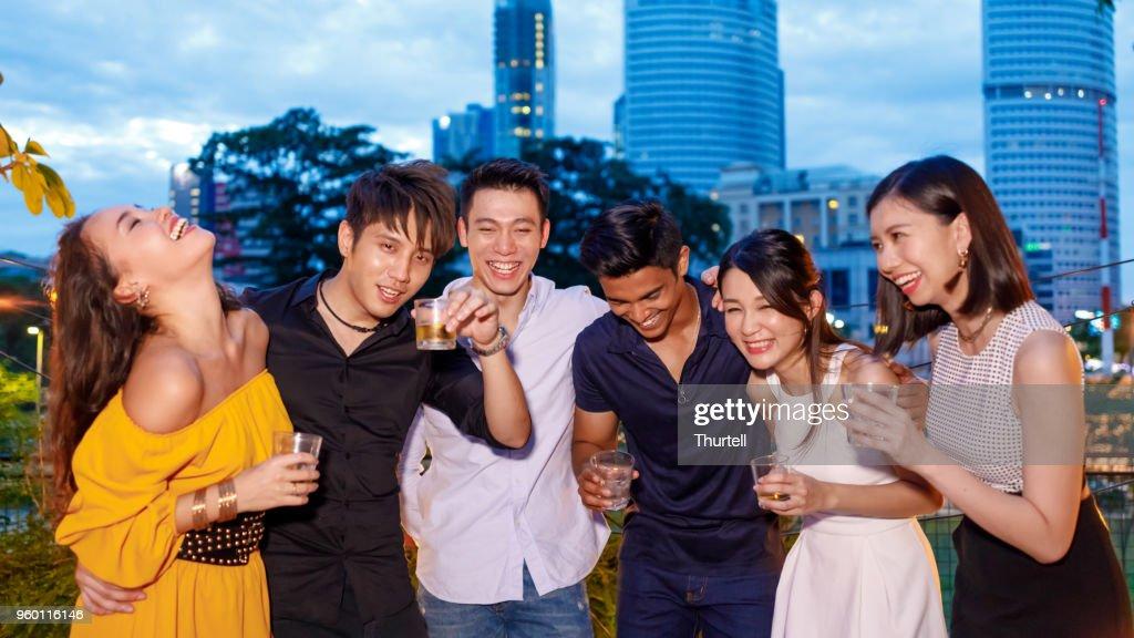 Asiatische Freunde genießen im freien Roof Top Party : Stock-Foto