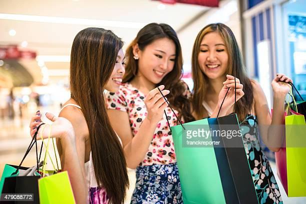 アジアのショッピングモールでご友人と