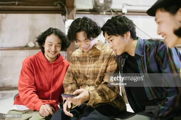 技術を使ったアジアの友人 - 4人 ストックフォトと画像