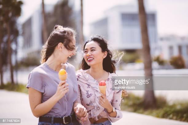 Chica comiendo helado y te diviertes con amigo