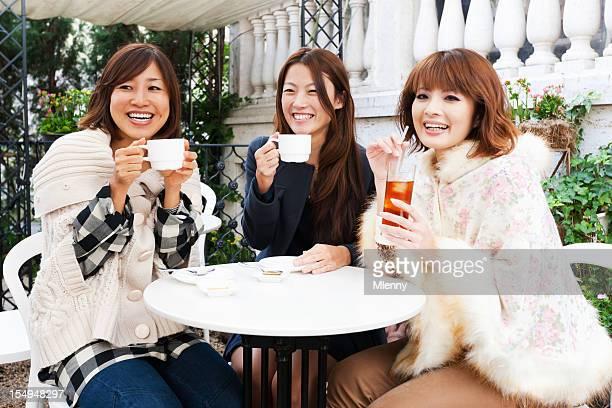 アジアの女の子をよく晴れた日の終わりにドリンクにはカフェ