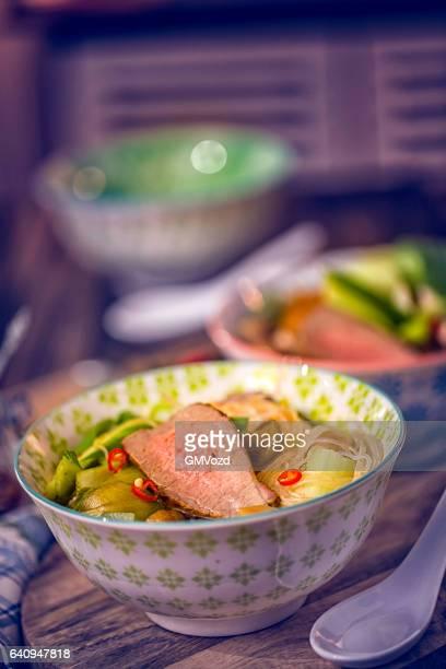 アジアのガラス、ビーフヌードルスープとチンゲンサイの煮込み