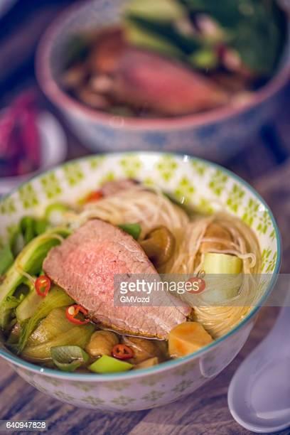 Asiatische Glas Nudelsuppe mit Rindfleisch und Pak Choi