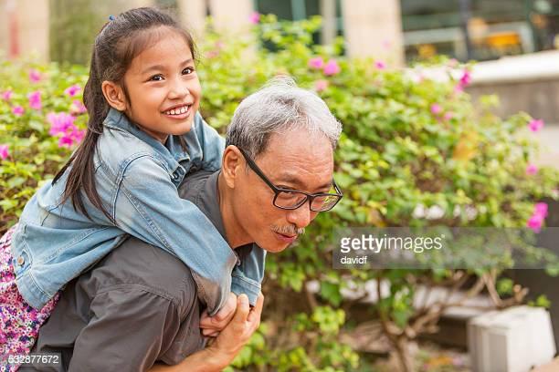 おじいちゃんと孫がアジア