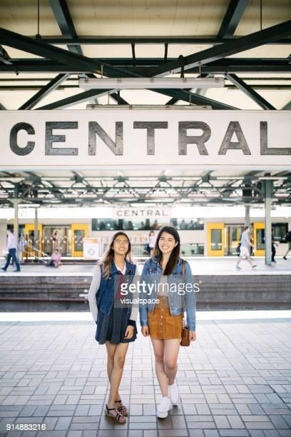 asiatiques jeunes branchés dans la gare centrale de sydney - écolière photos et images de collection