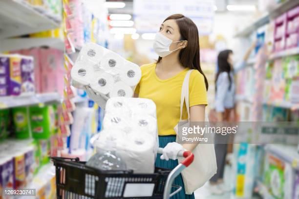 アジアの主婦はペーパータオルを買う - ティッシュ ストックフォトと画像
