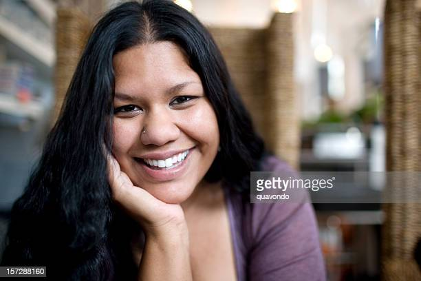 Asiatische indische Frau Lächeln Porträt, Kinn auf Händen, Textfreiraum