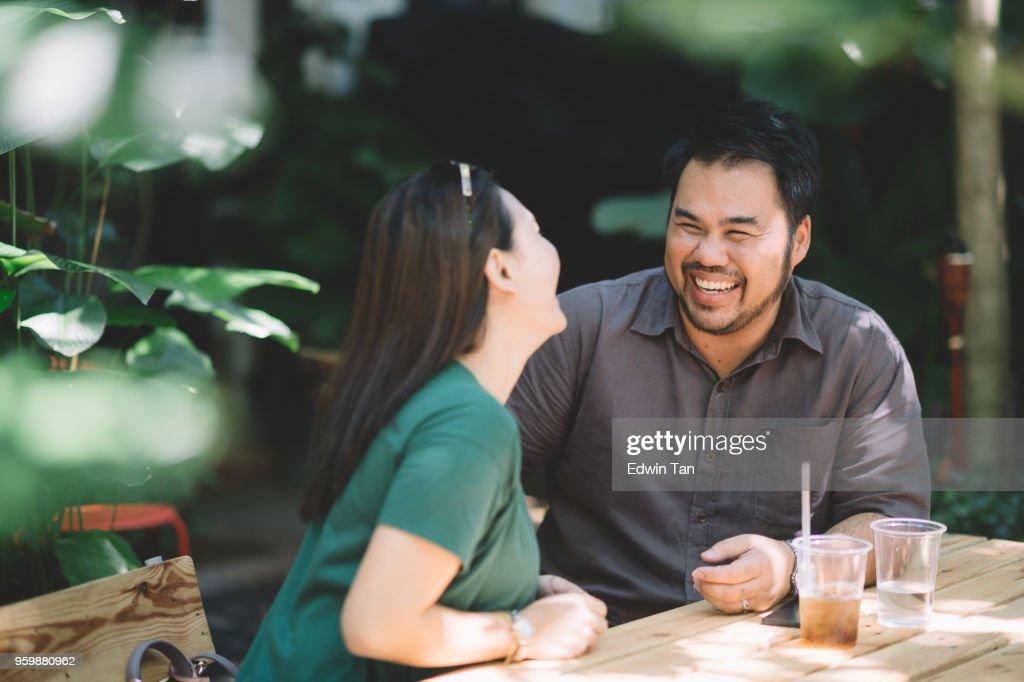 asiatische Frau im Gespräch mit ihren asiatischen männlichen Freund und genießen Sie die Geschichte, die ein gutes Lachen : Stock-Foto