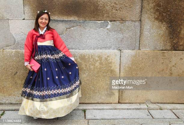 asian lady wearing korean traditional dress known as hanbok - traditionele kledij stockfoto's en -beelden