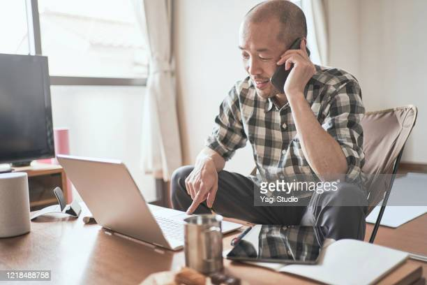 asian male worker working from home. - 在宅勤務 ストックフォトと画像