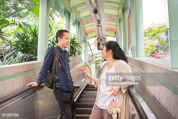 乗馬アジアの男性と女性の中間レベルのエスカレーター,Hong 香港