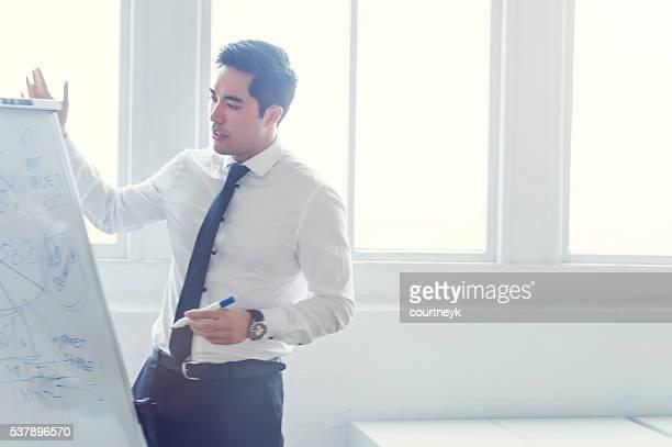 Asiatischen Mann haben eine Präsentation.
