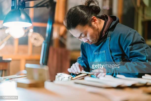 アジア人の男性が木からクラフトを作る - 伝統 ストックフォトと画像