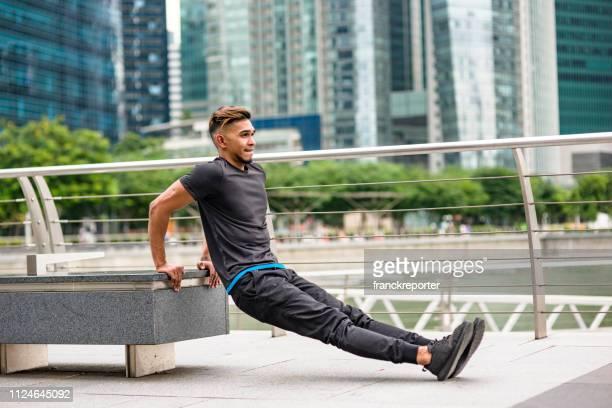 asiatiska man rdoing triceps i singapore - biceps bildbanksfoton och bilder