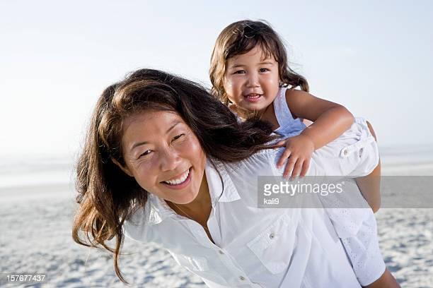アジアの母とかわいい小さな女の子のビーチでお楽しみください。
