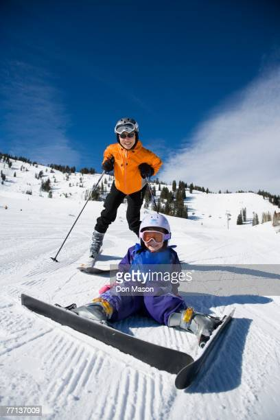 asian mother and daughter skiing - chute ski photos et images de collection