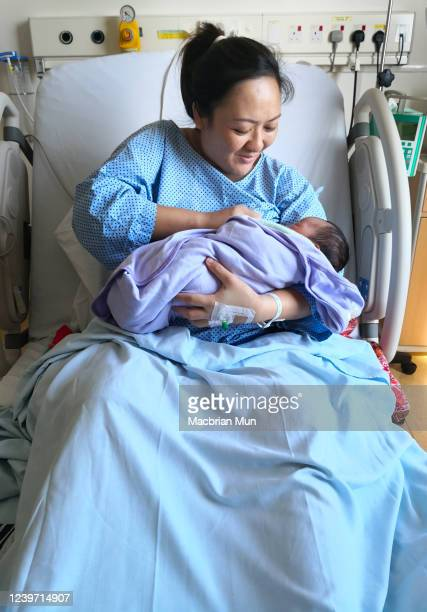 asian mother breastfeeding her baby in the hospital - beginnings stock pictures, royalty-free photos & images