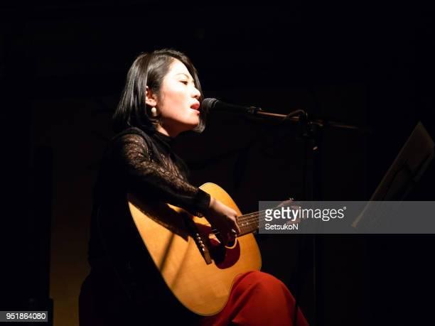 アジアのミュージシャンがステージで演奏 - 歌手 ストックフォトと画像