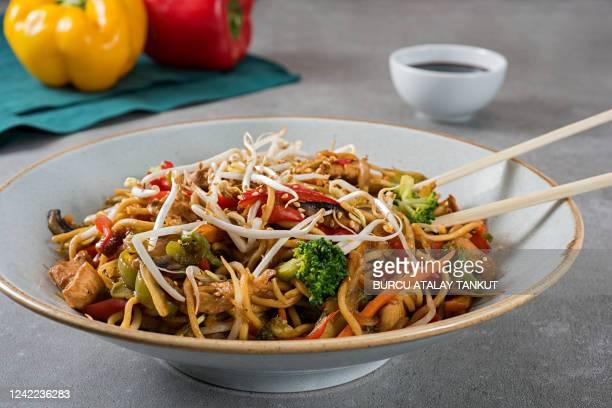 asian noodles with chicken and vegetables - prato de soja - fotografias e filmes do acervo