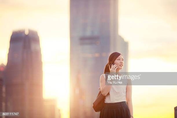 asian office lady talking on smartphone in city - yiu yu hoi stock pictures, royalty-free photos & images