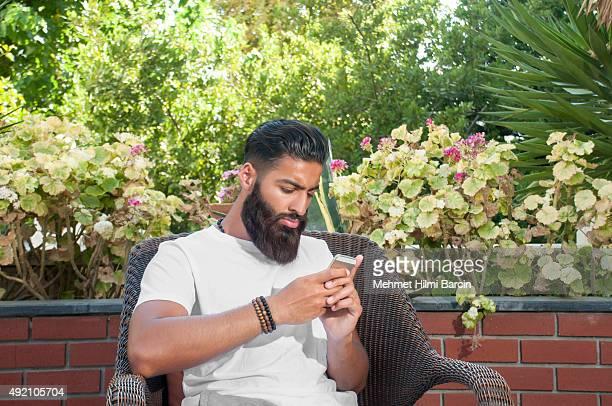 asian pakistán hombre usando un teléfono móvil - handsome pakistani men fotografías e imágenes de stock
