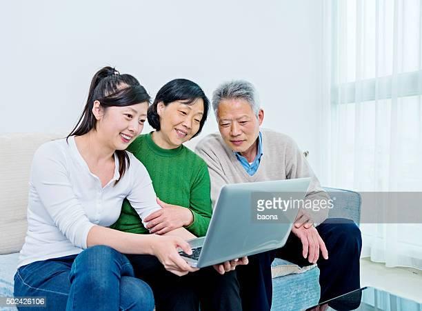 Asiatischen altes Paar Treffen mit Finanzberater
