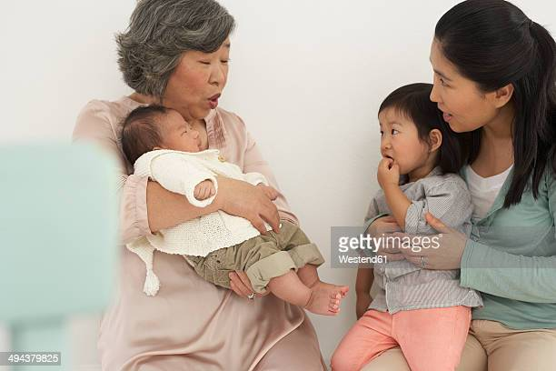 asian senior woman with daughter and two granddaughters - 2 5 mesi foto e immagini stock