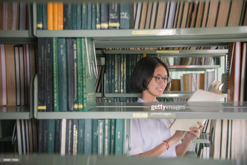 Asiatische Studentin Mädchen Lesebuch in der öffentlichen Bibliothek : Stock-Foto