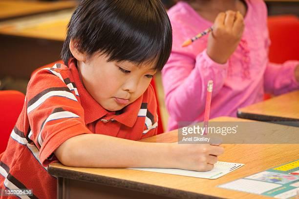 アジアで勉強する学生のデスクで、スクール形式